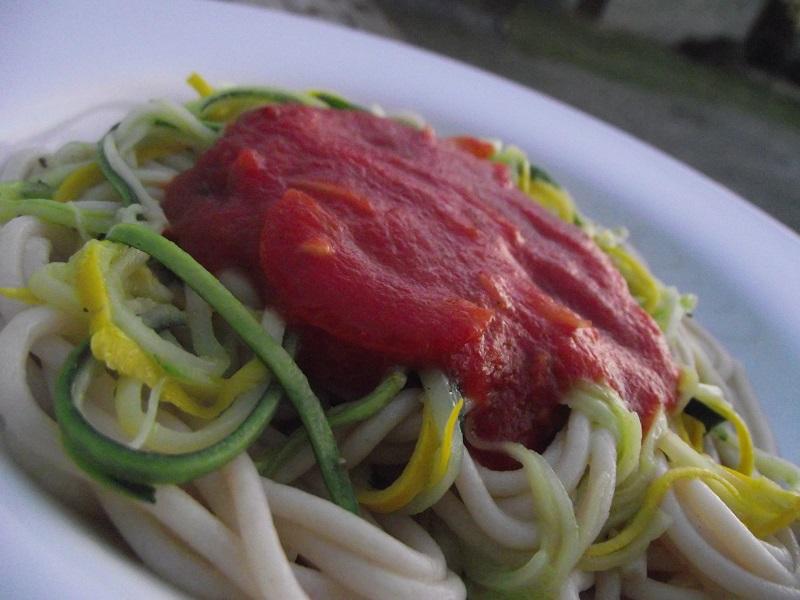 Spaghettis sans gluten et sans lactose et spaghettis de courgettes à la sauce tomate