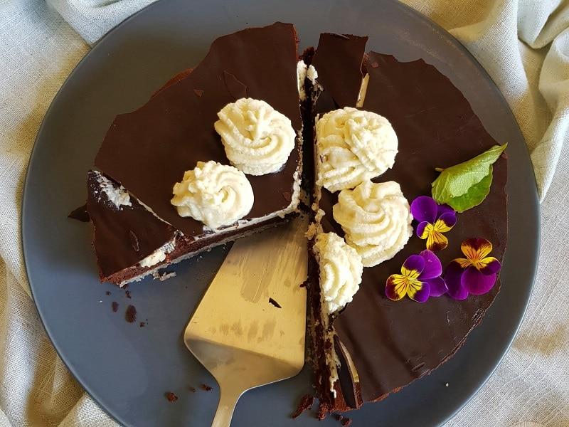 gâteau au chocolat avec de la  chantilly végan
