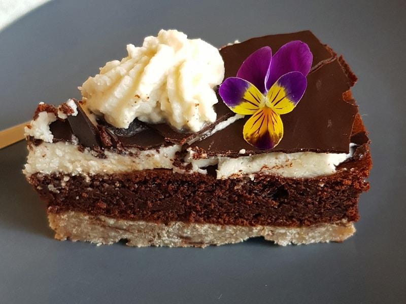 part de gâteau au chocolat chantilly végan et pâte sans farine sans gluten sans lactose