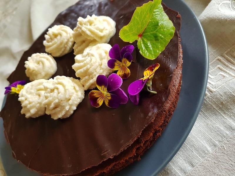 Gâteau au chocolat sur pâte aux pommes sans farine chantilly végan
