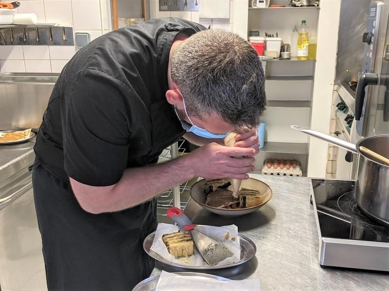 dressage du millefeuille d'aubergine pois chiche et houmous du restaurant le coin des artistes pour le défi des chefs de ma cuisine a du sens