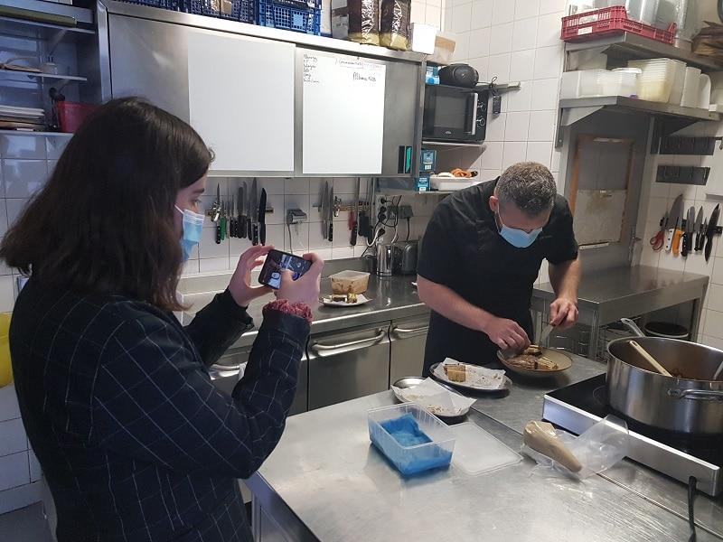 Michel et Manon dans la cuisine du restaurant le coin des artistes à la Gacilly pour le défi des chefs de ma cuisine a du sens