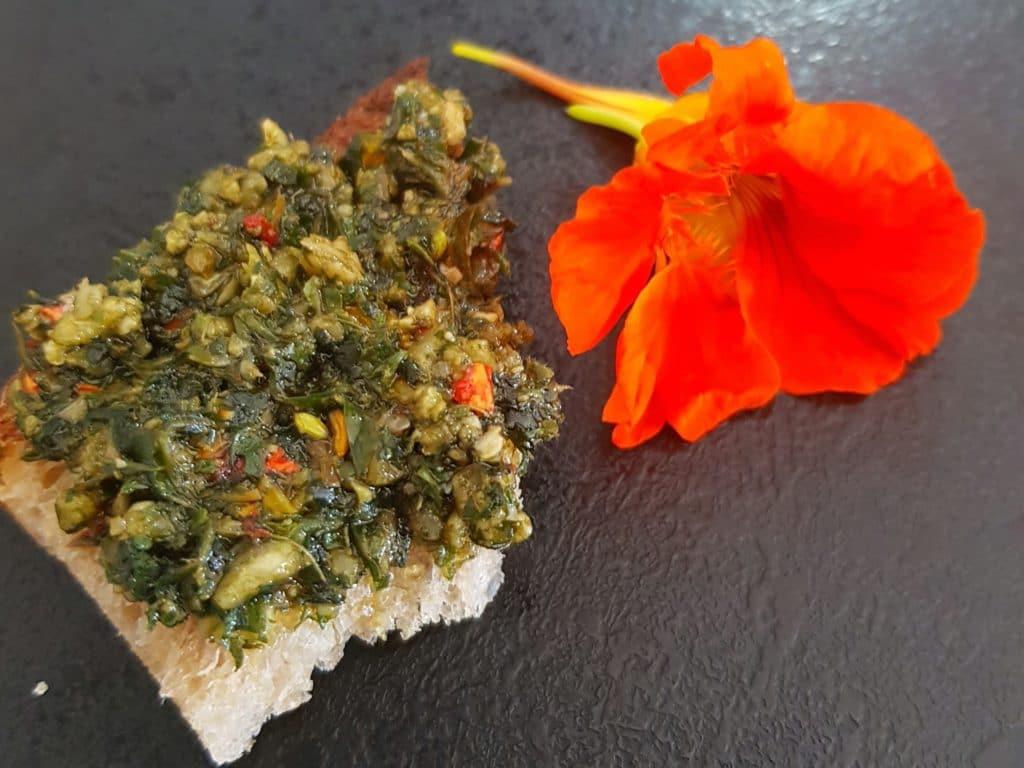 Pesto de plantes sauvages sur une tartine de pain