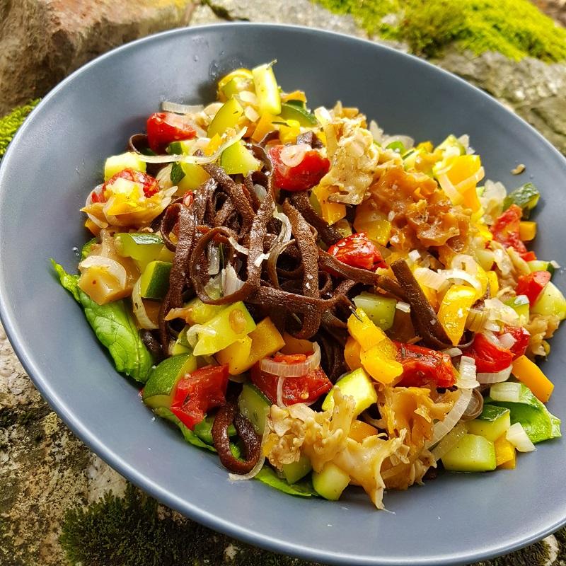 Wok de légumes cuits au vitaliseur de Marion avec des haricots de mer et des champignons des bois (sparassis crêpu), le tout sans gluten, sans lactose
